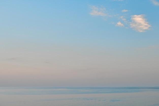 Красивый пейзаж на закате. отпуск и время в пути. потрясающий морской горизонт.