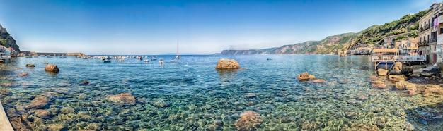 Chianalea의 해변 마을에서 아름다운 바다, scilla, calabria, italy의 분수