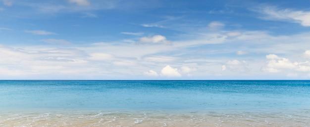 Красивая панорама морского пейзажа, фон морского пейзажа и голубой океан с голубым небом