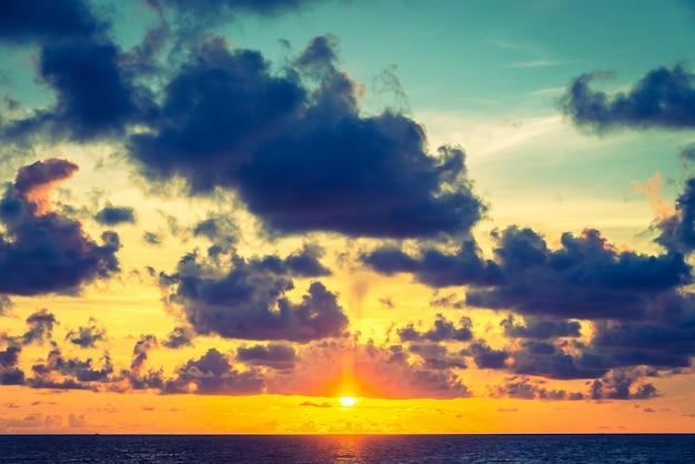 Красивый морской пейзаж моря ретро