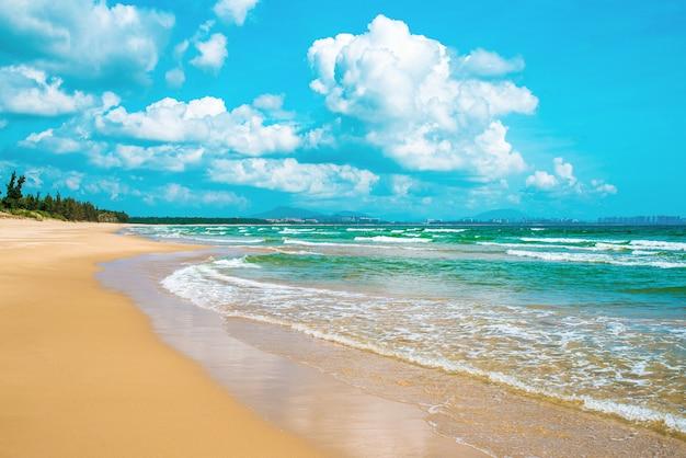 Красивый морской пейзаж. южно-китайское море. санья, райский остров хайнань.