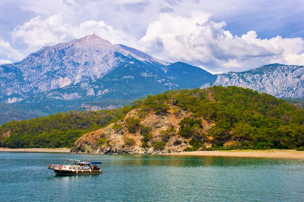아름다운 바다 경치. 산과 환상적인 하늘과 보트가있는 베이에서 여름날. 터키. 안탈리아.