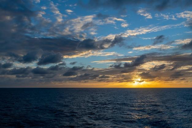 Красивый морской пейзаж - волны и небо с облаками с красивым освещением. золотой час. закат в море.