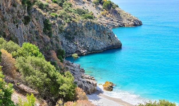 Красивый морской пейзаж со скалами. прекрасный морской пейзаж с бирюзовой водой. Premium Фотографии