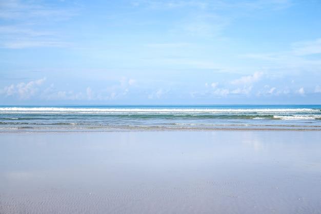 Красивый морской пейзаж с небом и облаками