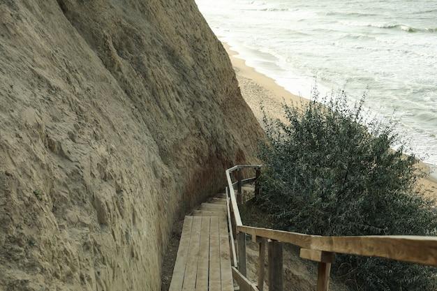 粘土の崖のある美しい海岸