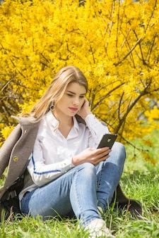 Beautiful seasonal lifestyle - walk in the park with a smartphone