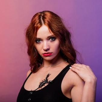 Красивая соблазнительная модная рыжая женщина с макияжем со скорпионом в студии