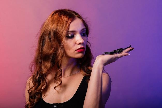Красивая соблазнительная модная рыжая женщина с макияжем со скорпионом