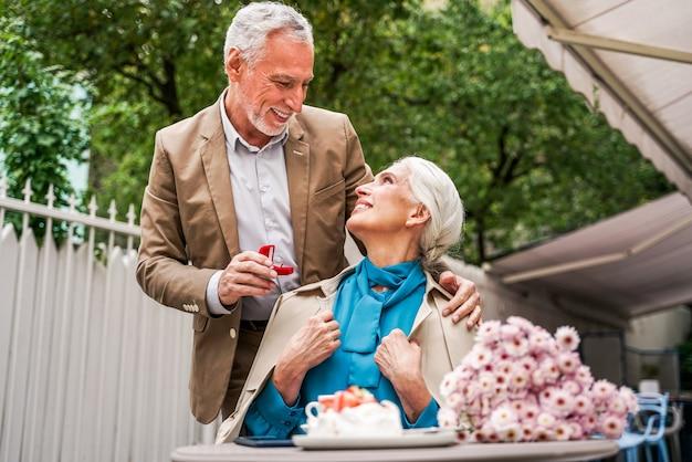 屋外でデート美しい年配のカップル