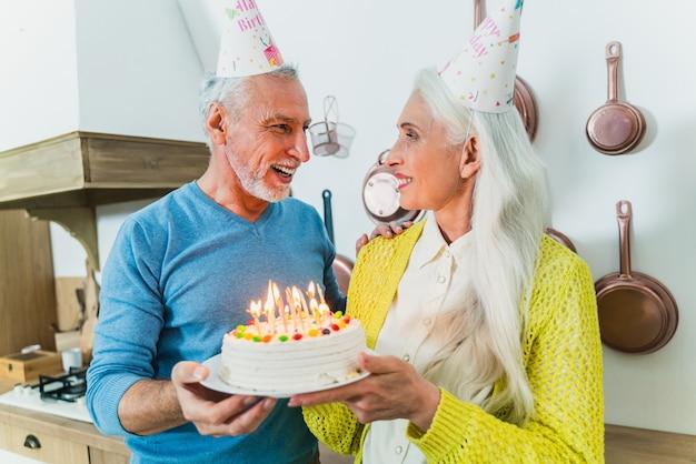 연인의 아름 다운 수석 커플입니다. 집에서 재미있는 동안 노인 초상화