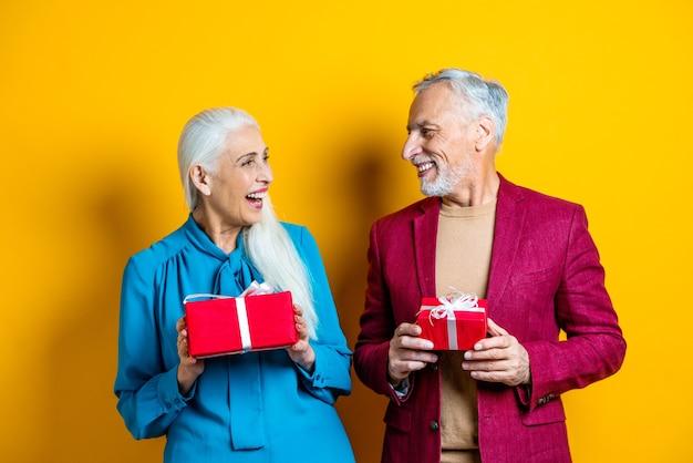 恋人たちの美しいシニアカップル。高齢者の肖像画