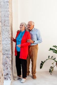 美しい年配の男性と女性が一緒に