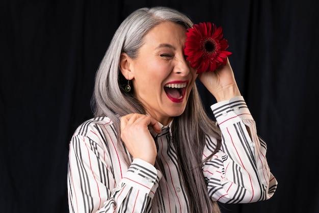 笑っている美しい年配の女性の肖像画