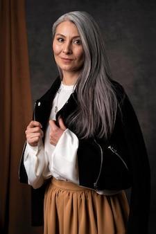 Красивый старший женский портрет в черной куртке