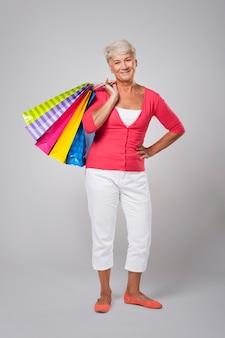 ショッピングバッグを持つ美しい年配の女性