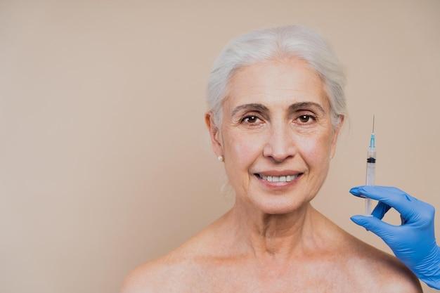 속옷에 아름 다운 노인 여성