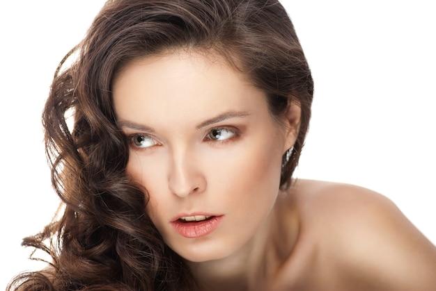 Красивая чувственная брюнетка с длинными волнистыми волосами - изолированные на белом