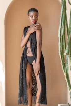 비치웨어를 입고 아름 다운 관능적 인 여자