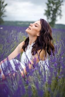 라벤더 밭에 아름 다운 관능적인 젊은 여자