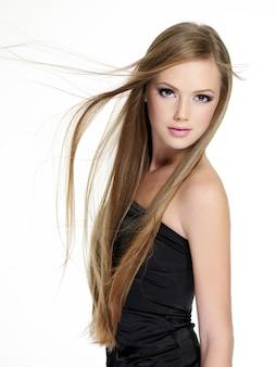 긴 스트레이트 머리를 가진 아름 다운 관 능 십 대 소녀
