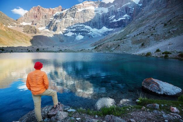Красивое безмятежное озеро в фанских горах (ветвь памира) в таджикистане.