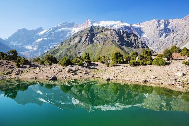 タジキスタンのファン山地(パミール高原)の美しい穏やかな湖。