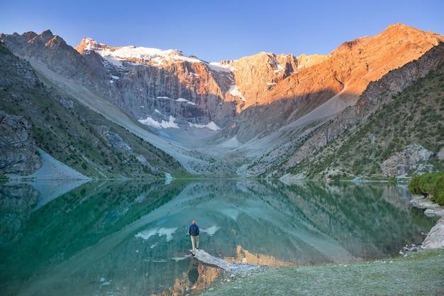 타지키스탄의 fanns 산 (파미르 지점)에있는 아름다운 고요한 호수.