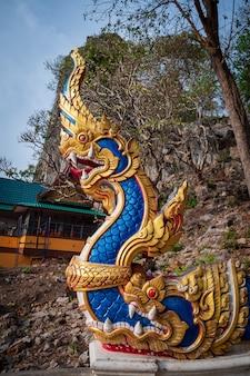 カラフルな美しい蛇の彫刻セメントアート
