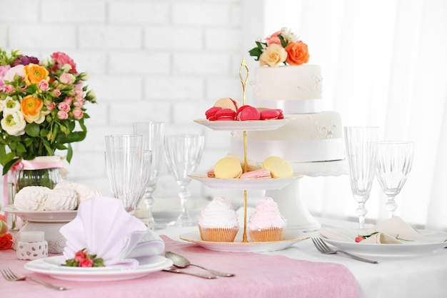 レストランでの結婚式やその他のお祝いのための美しいサーブテーブル