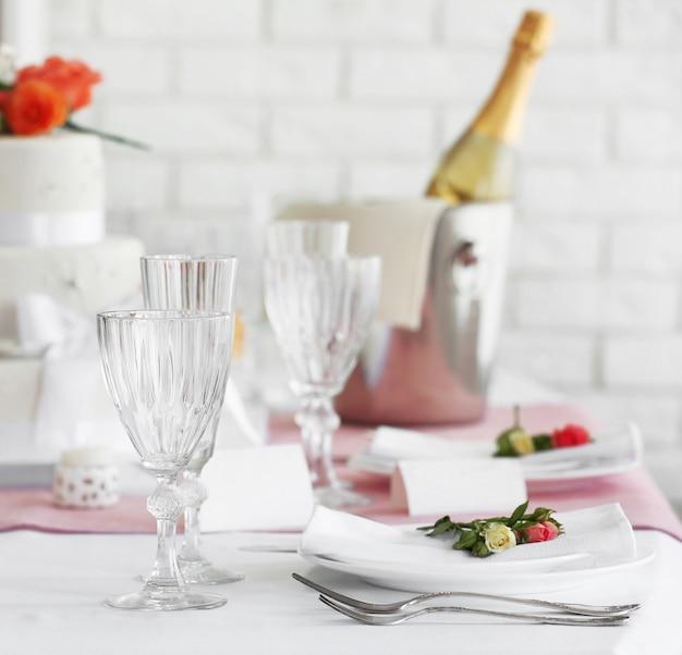 레스토랑에서 결혼식이나 기타 축하 행사를위한 아름다운 테이블