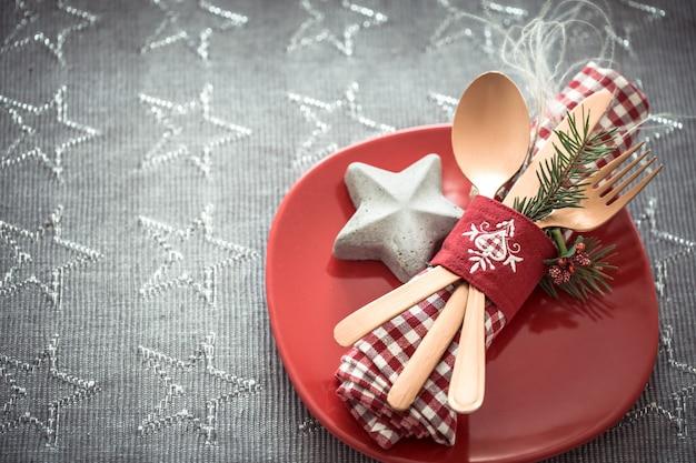クリスマステーブルのカトラリーの美しいサービング。