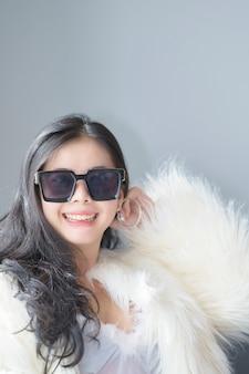 행복 하 게 하얀 드레스를 입고 아름 다운 섹시 한 아시아 여자
