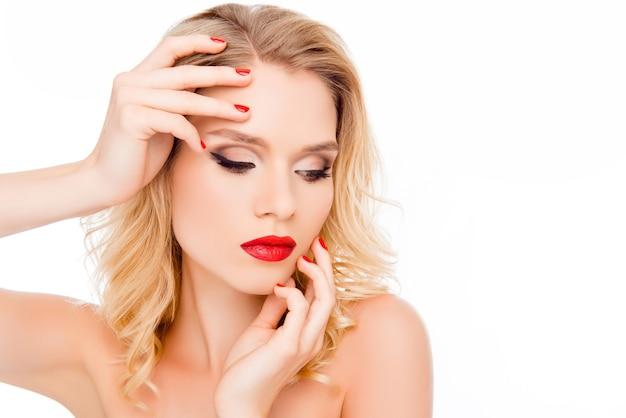 Красивая сексуальная блондинка женщина, касаясь ее лица