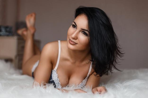 란제리 포즈 아름 다운 섹시 한 갈색 머리 우아한 여자