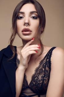 Красивая сексуальная брюнетка с сочными губами в темном нижнем белье