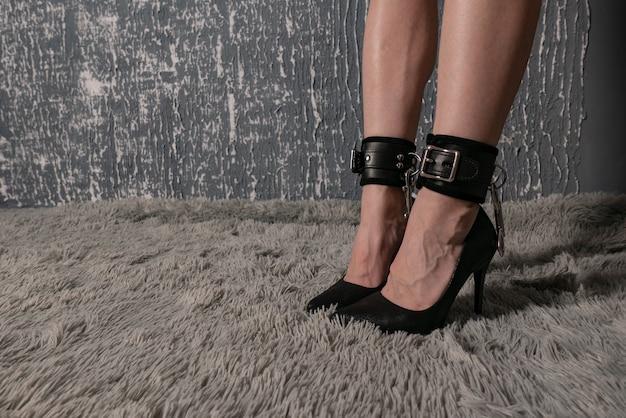 緊縛衣装、網タイツ、ハイヒールの美しいセクシーな女性の脚