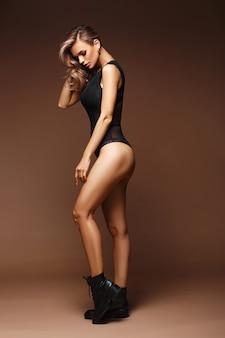 속옷과 신발 포즈에서 아름 다운 섹시 한 여자