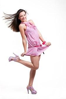 淡いピンクのドレスで長い髪の美しいセクシーな女の子