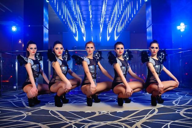 Красивые сексуальные танцовщицы go-go позируют в ночном клубе