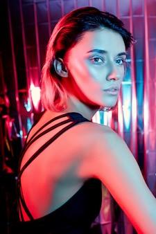 빨간 네온에서 아름 다운 섹시 한 높은 패션 아트 여자