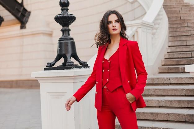 도시 거리, 봄 여름 패션 트렌드에서 걷는 빨간 양복에 아름 다운 섹시 풍부한 비즈니스 스타일 여자
