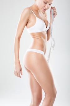 下着姿の女性の美しいセクシーなスリムなボディ