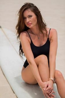 ビーチで美しいセクシーなサーファーの女の子