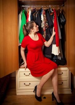 ワードローブで着る服を選ぶ美しいセクシーな女性