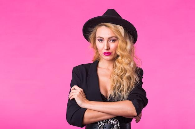 Красивая сексуальная женщина в черной шляпе