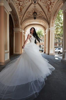 魅力的な城のウェディングドレスで美しいセクシーな女性。