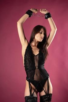Красивая сексуальная женщина в наряде бдсм