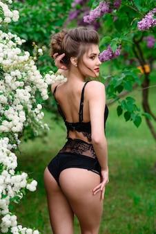 검은 란제리 야외에서 아름 다운 섹시 한 여자입니다.