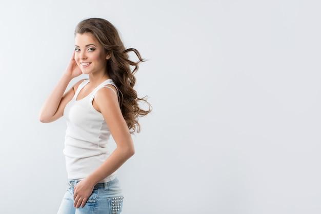 Красивая сексуальная женщина в джинсах и футболке